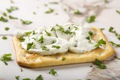 Biscuits croustillants avec le fromage fondu Images stock