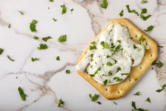 Biscuits croustillants minces avec le fromage fondu Images stock