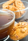 Biscuits cuits au four de beurre d'arachide avec du café Images stock