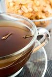 Biscuits cuits au four de beurre d'arachide avec du café Photographie stock libre de droits