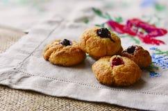 Biscuits cuits au four par maison sur la serviette brodée Images stock