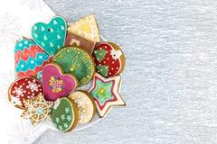 Biscuits décorés colorés dans la cuvette Photographie stock