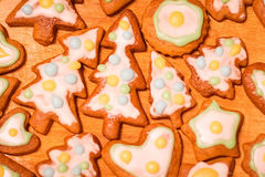 Biscuits décorés colorés de pain d'épice - arbres de Noël, coeur, étoile Image libre de droits
