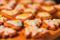 Biscuits décorés colorés de pain d'épice - arbres de Noël, coeurs Photo stock