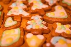 Biscuits décorés colorés de pain d'épice - arbres de Noël, coeurs Photographie stock libre de droits