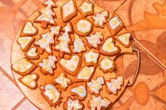 Biscuits décorés colorés de pain d'épice - les arbres de Noël, coeurs, se tient le premier rôle Image stock