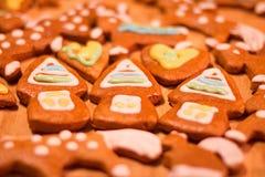 Biscuits décorés colorés de pain d'épice - maisons de Noël, coeurs Images stock