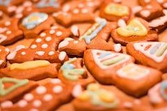 Biscuits décorés colorés de pain d'épice - maisons de Noël, ours, coeur, lune, poisson Photos stock
