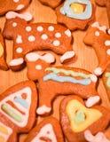 Biscuits décorés colorés de pain d'épice - Noël soutient, coeur Image stock