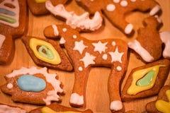 Biscuits décorés colorés de pain d'épice - orignaux de Noël, écureuil, hérisson Image stock