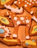 Biscuits décorés colorés de pain d'épice - orignaux de Noël, poissons Photographie stock libre de droits
