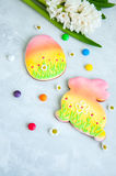Biscuits décorés de lapin et d'oeufs de Pâques Photographie stock