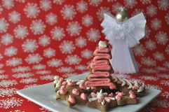 Biscuits décorés de miel de Noël sur le fond d'hiver avec des flocons de neige Image libre de droits