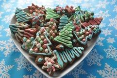 Biscuits décorés de miel de Noël sur le fond d'hiver avec des flocons de neige Images stock