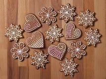 Biscuits décorés de pain d'épice de Noël image libre de droits