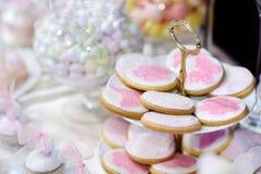 Biscuits décorés des fleurs et des papillons Photographie stock libre de droits