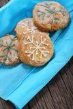 Biscuits décorés des flocons de neige Images libres de droits