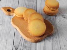 Biscuits délicieux avec la banane remplissant sur une vieille table en bois Dessert doux Image stock