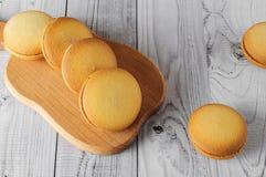 Biscuits délicieux avec la banane remplissant sur une vieille table en bois Dessert doux Photo libre de droits