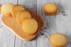Biscuits délicieux avec la banane remplissant sur une vieille table en bois Dessert doux Photo stock