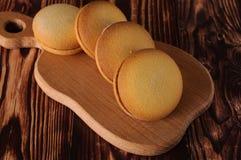 Biscuits délicieux avec la banane remplissant sur une vieille table en bois Dessert doux Image libre de droits