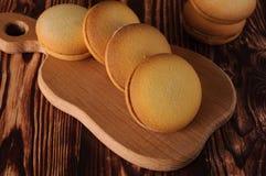 Biscuits délicieux avec la banane remplissant sur une vieille table en bois Dessert doux Photographie stock