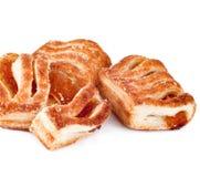 Biscuits délicieux avec la confiture d'isolement sur le fond blanc Photos stock