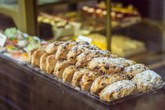 Biscuits délicieux dans une fenêtre de boutique Photos stock