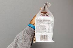 Biscuits délicieux de l'information de nutrition sur le fond gris photo libre de droits