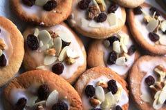Biscuits délicieux de pain de gingembre préparés pour Noël Images stock