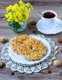 Biscuits d'écrou d'un plat rayé Photographie stock libre de droits