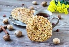 Biscuits d'écrou d'un plat rayé Image libre de droits