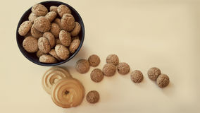 Biscuits d'amande dans un vase sur les biscuits de table Patine de filtre Image stock