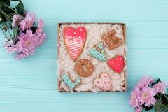 Biscuits d'amour dans le boîte-cadeau Photo stock