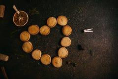 Biscuits d'amour de cuisson pour le jour de valentines Photographie stock