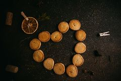 Biscuits d'amour de cuisson pour le jour de valentines Photos stock