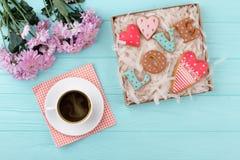 Biscuits d'amour de jour de valentines dans le boîte-cadeau Image stock