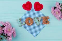 Biscuits d'amour de jour de valentines et coeurs de papier Photographie stock libre de droits