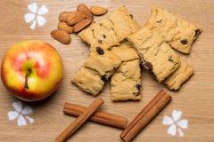 Biscuits d'Apple avec des raisins secs  Image libre de droits