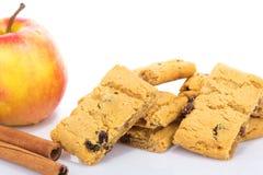 Biscuits d'Apple avec des raisins secs  Photos libres de droits
