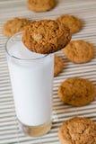 Biscuits d'avoine avec du lait images libres de droits