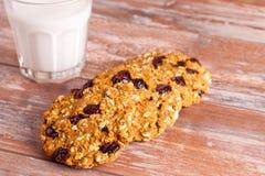 Biscuits d'avoine avec la canneberge et le verre de lait Images stock
