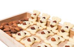 Biscuits d'ours d'amande d'isolement sur le blanc Image stock