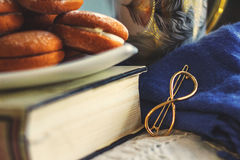 Biscuits d'un plat blanc sur un vieux livre image stock