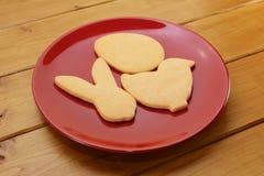 Biscuits dans des formes d'oeufs, de poussin et de lapin pour Pâques Photo stock