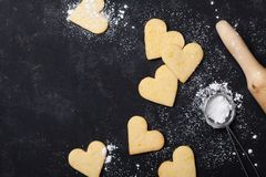 Biscuits dans la forme du coeur pour le jour de valentines Cuisson douce Vue supérieure image stock