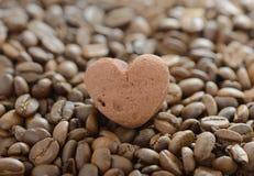 Biscuits dans la forme du coeur sur des grains de café Image stock