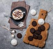 Biscuits dans la glaçure blanche photo libre de droits