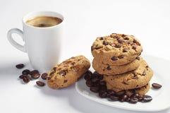 Biscuits dans la tasse de plat et de café Photo libre de droits