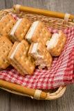 Biscuits dans le plan rapproché de panier de table photo stock